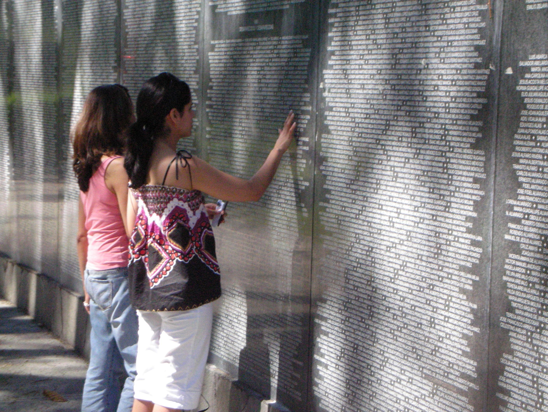 Sylvia&Alexandra at Monumento Desaparecidos-SanSalvador